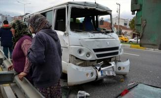 Zeytin işçilerini taşıyan minibüs kamyonla çarpıştı: 10 yaralı