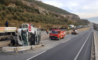 Kocaeli'de devrilen tırın sürücüsü ağır yaralandı