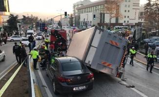 İzmit'te 5 aracın karıştığı kazada 2 kişi yaralandı