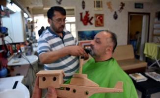Osmaneli'nin tarihi konaklarını berber dükkanında yaptığı maketlerle tanıtıyor