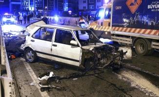 Otomobil bariyerlere çarptı: 1'i ağır 2 yaralı