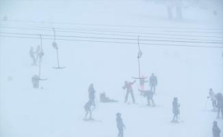Uludağ'da geç gelen kar tatilcileri sevindirdi