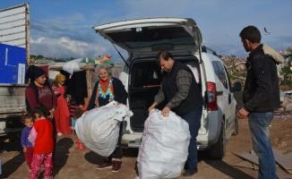 Ayvalık'ta ailesi ihtiyaç sahibi çocuklara bot ve mont yardımı