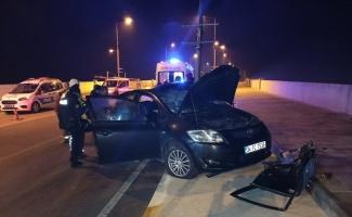 Ayvalık'ta otomobil direğe çarptı: 2 yaralı