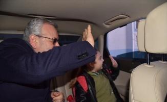 Belediye Başkanı Helvacıoğlu öğrencileri makam aracıyla okula götürüyor
