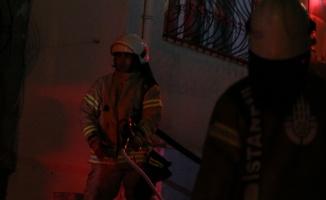 Beyoğlu'ndaki bina yangını itfaiye ekiplerince söndürüldü