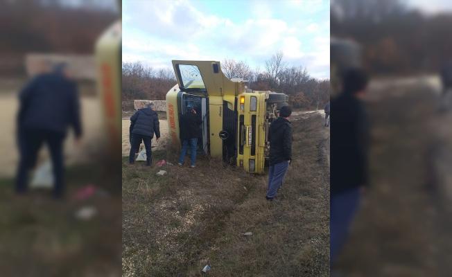 Bilecik'te devrilen kamyonun sürücüsü yaralandı