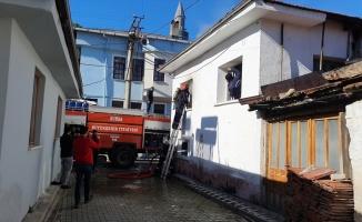 Bursa'da iki katlı ahşap evde çıkan yangın itfaiye ekiplerince söndürüldü