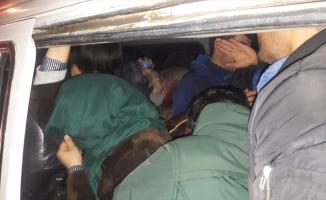 Çanakkale'de panelvanda 22 düzensiz göçmen yakalandı