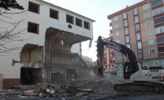 Çerkezköy'de depreme dayanıksız olduğu belirlenen okul binası yıkıldı