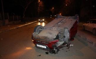 Devrilen otomobilin sürücüsü aracını olay yerinde bıraktı