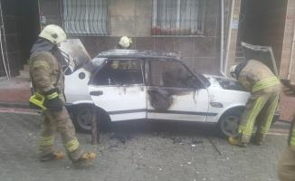 Esenyurt'ta otomobilde çıkan yangın söndürüldü
