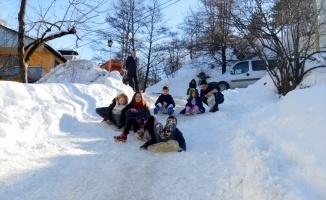 Hendek'te çocuklar karda kayarak doyasıya eğlendi