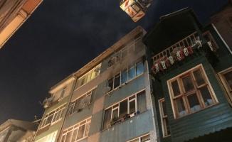 Kadıköy'de çıkan yangında 4. kattan atladığı değerlendirilen 1 kişi öldü