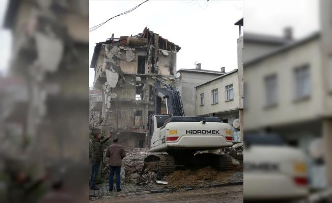 Kartal'da metruk binaların kontrollü yıkımı sürüyor