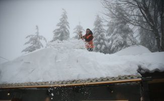 Kartepe'de kar kalınlığı 140 santimetreye ulaştı