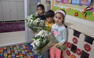 Kaymakam Sarılı ve Emniyet Müdürü Kurtoğlu'ndan miniklere hediye