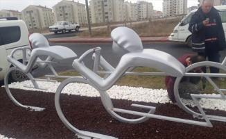 Keşan'da bisikletli sporcu heykellerine zarar verildi