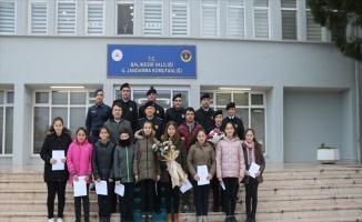 Ortaokul öğrencileri Mehmetçiğe yazdıkları mektupları teslim etti