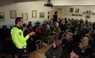Öğrenci ve velilere trafik eğitimi verildi