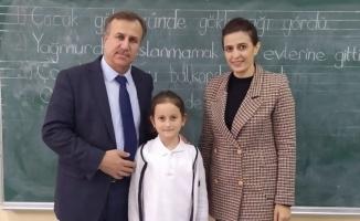 Soğuk havaya rağmen İstiklal Marşı'nı tek başına okuyan öğrenciye tebrik