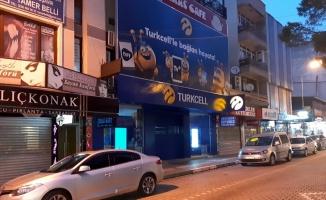 Taşla camını kırdıkları telefoncudan hırsızlık yapan şüphelilerden 2'si yakalandı
