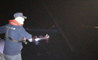 Ayvacık açıklarında durdurulan iki lastik botta 78 düzensiz göçmen yakalandı