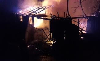 Bursa'da 2 katlı ahşap ev yangında kullanılamaz hale geldi