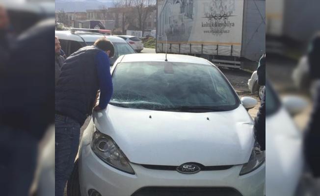 Bursa'da şiddetli lodosun uçurduğu çatı araçların üzerine düştü