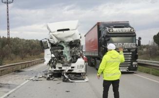 Bursa'da zincirleme trafik kazasında tırda sıkışan sürücü kurtarıldı