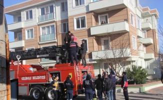 Çanakkale'de apartmanda çıkan yangında mahsur kalan 10 kişi itfaiye ekiplerince kurtarıldı