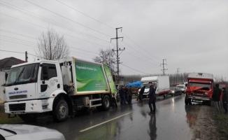 Çöp kamyonuyla kamyonet arasına sıkışan temizlik işçisi öldü