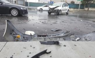 Esenyurt'ta otomobil ile kamyonet çarpıştı: 4 yaralı