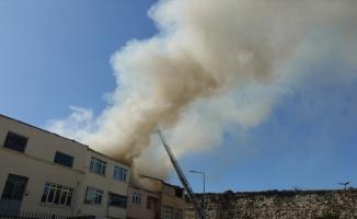 Fatih'te bir evde çıkan yangına itfaiye ekiplerinin müdahalesi sürüyor