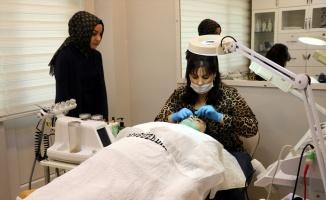 Kanser hastaları saç ve cilt bakımıyla moral buldu
