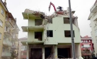 Karamürsel'de 5 katlı binanın çatısına 4 tonluk kepçe çıkarıldı