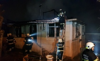 Kocaeli'de çıkan yangın çevredeki binalara sıçramadan söndürüldü