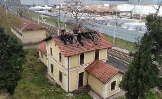 Kocaeli'de eski tren garı binasında çıkan yangın söndürüldü