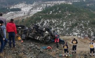 Sakarya'da şarampole devrilen tırın sürücüsü öldü