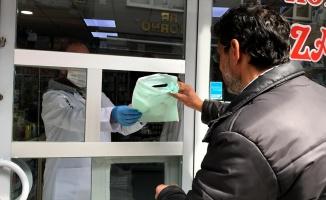 Eczaneden sosyal mesafe pencereli koronavirüs önlemi