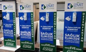 İzmit Belediyesi'nden kentin farklı noktalarına dezenfektan otomatı