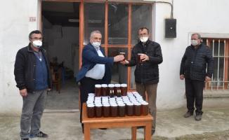 Jandarma ve sağlık ekiplerine bal ikram ettiler