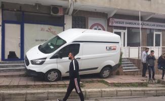 Gebze'de el freni çekilmeyen minibüs kaldırma çarparak durabildi