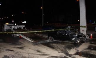Trafik tabelası direğine çarpan otomobildeki 4 kişi yaralandı