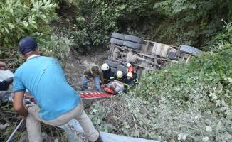 Kocaeli'nde dere yatağına devrilen kamyonun şoförü yaralı kurtarıldı
