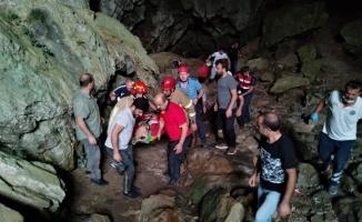 Mağaradaki kayalıktan düşen kişiyi itfaiye ekipleri kurtardı