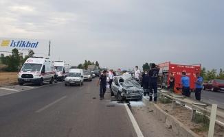 Refüje çarpan otomobili otobüs sürükledi: 1 ölü