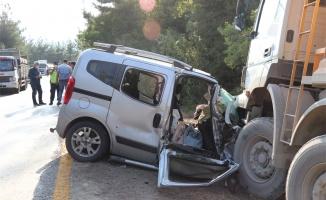 Kamyonla hafif ticari araç çarpıştı 4 kişi yaralandı