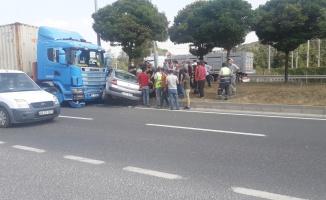 Tır ile otomobil çarpıştı: 5 yaralı
