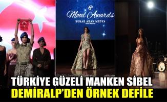 Türkiye güzeli manken Sibel Demiralp'den örnek defile